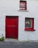 красный цвет двери старый Стоковые Изображения