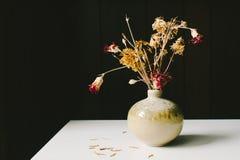 Красный цвет & высушенные желтым цветом цветки Стоковые Фотографии RF