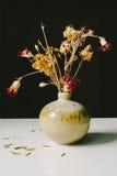 Красный цвет & высушенные желтым цветом цветки Стоковые Изображения RF