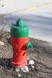 красный цвет гидранта пожара зеленый Стоковое Фото