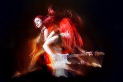красный цвет гитариста девушки с волосами Стоковая Фотография RF