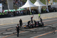 красный цвет гонки neel jarni автомобиля быка участвуя в гонке Стоковая Фотография