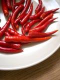 Красный цвет горячих чилей на плите Стоковое Изображение RF