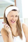 красный цвет губной помады ванной комнаты радостный используя женщину Стоковое Фото