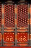красный цвет дверей богато украшенный Стоковые Фото
