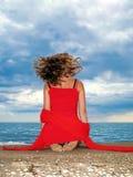 красный цвет девушки платья пляжа Стоковая Фотография RF