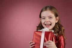 красный цвет девушки подарка коробки Стоковое фото RF