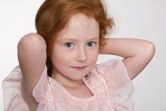 красный цвет девушки с волосами довольно Стоковое Фото
