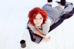 красный цвет девушки с волосами Стоковые Изображения