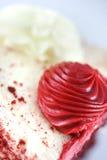 красный цвет замороженности крупного плана торта Стоковые Фото