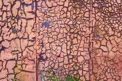Красный цвет заржавел текстурированный слезающ краску Стоковая Фотография