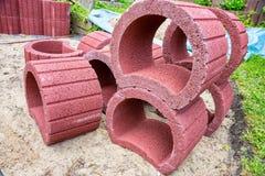 Красный цвет засаживая кольца лежит на куче в песке Стоковое Изображение