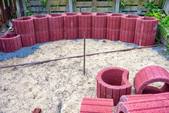 Красный цвет засаживая кольца лежит на куче в песке Стоковая Фотография RF