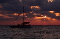 Красный цвет захода солнца парусника Стоковые Изображения RF