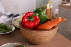 Красный цвет, зеленый цвет и апельсин в деревянном шаре Стоковые Изображения