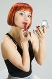 красный цвет зеркала губной помады девушки Стоковая Фотография