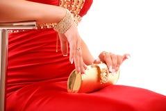 красный цвет золота девушки платья мешка Стоковая Фотография