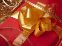 красный цвет золота коробки смычка Стоковое фото RF