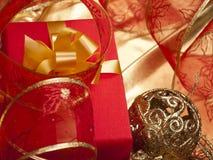 красный цвет золота коробки смычка Стоковое Изображение RF