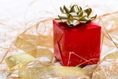 красный цвет золота подарка коробки смычка Стоковые Изображения RF