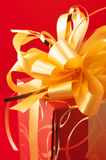 красный цвет золота подарка Стоковая Фотография RF