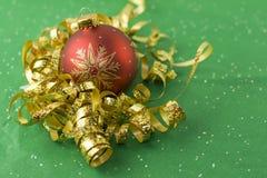 красный цвет золота рождества bauble Стоковые Фото