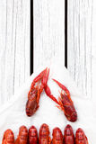 Красный цвет испарился ракы на черной прямоугольной плите Ые Crawfish woden предпосылка Деревенский тип стоковая фотография