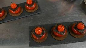 Красный цвет испечет с печеньями и шоколадом Вкусные торты красного цвета стоковая фотография