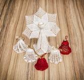 Красный цвет и белизна вяжут ангела и колоколов крючком рождества Стоковые Изображения