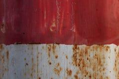 Красный цвет и белизна заржавели металл Стоковое Фото