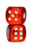 Красный цвет и белизна dices изолированный на белой предпосылке Стоковая Фотография
