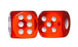 Красный цвет и белизна dices изолированный на белой предпосылке Стоковые Изображения RF