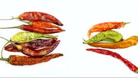 Красный цвет и высушенные зеленым цветом перцы chili видеоматериал