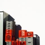 Красный цвет и серый цвет покрасили штабелированные пластичные клети с космосом экземпляра Стоковое фото RF