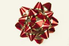 Красный цвет и смычок золота изолированный на белизне стоковые фото