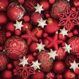 Красный цвет и украшения безделушки рождества золота Стоковая Фотография