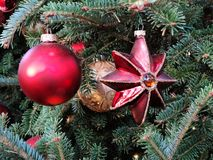 Красный цвет и шарики и звезды золота стеклянные украшая рождественскую елку Стоковое Изображение RF
