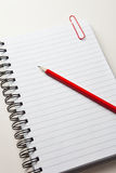 красный цвет карандаша блокнота Стоковая Фотография