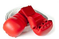красный цвет карате перчаток пояса Стоковые Изображения
