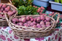красный цвет картошки рынка хуторянин корзины Стоковая Фотография RF
