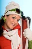 красный цвет катается на лыжах детеныши женщины Стоковая Фотография RF