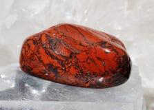 красный цвет кварца друзы положенный яшмой Стоковое Фото