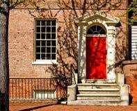 красный цвет классицистической двери georgian стоковая фотография