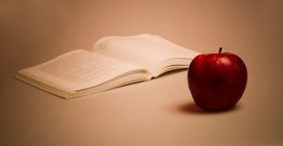 красный цвет книги яблока Стоковые Изображения