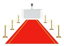 красный цвет ковра предпосылки к белизне трибуна Стоковые Изображения