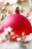 красный цвет конца рождества шарика вверх стоковое фото