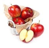 красный цвет корзины яблок свежий Стоковое Фото