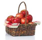 красный цвет корзины яблок Стоковые Изображения