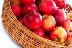 красный цвет корзины 2 яблок Стоковые Изображения RF