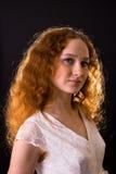 красный цвет красивейшей девушки с волосами Стоковое Фото
